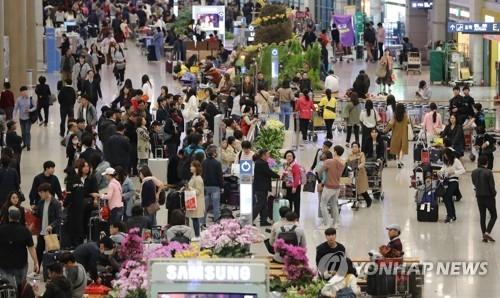 资料图片:仁川机场第一航站楼内人潮涌动。(韩联社)