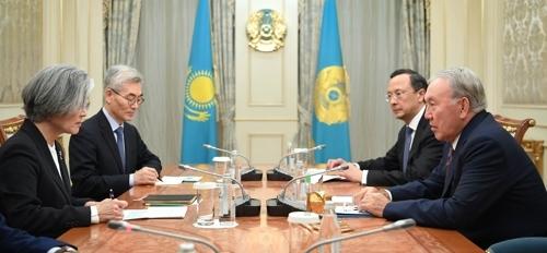 4月17日,在哈萨克斯坦阿斯塔纳,韩国外长康京和拜会哈萨克斯坦总统纳扎尔巴耶夫。(韩联社/外交部提供)