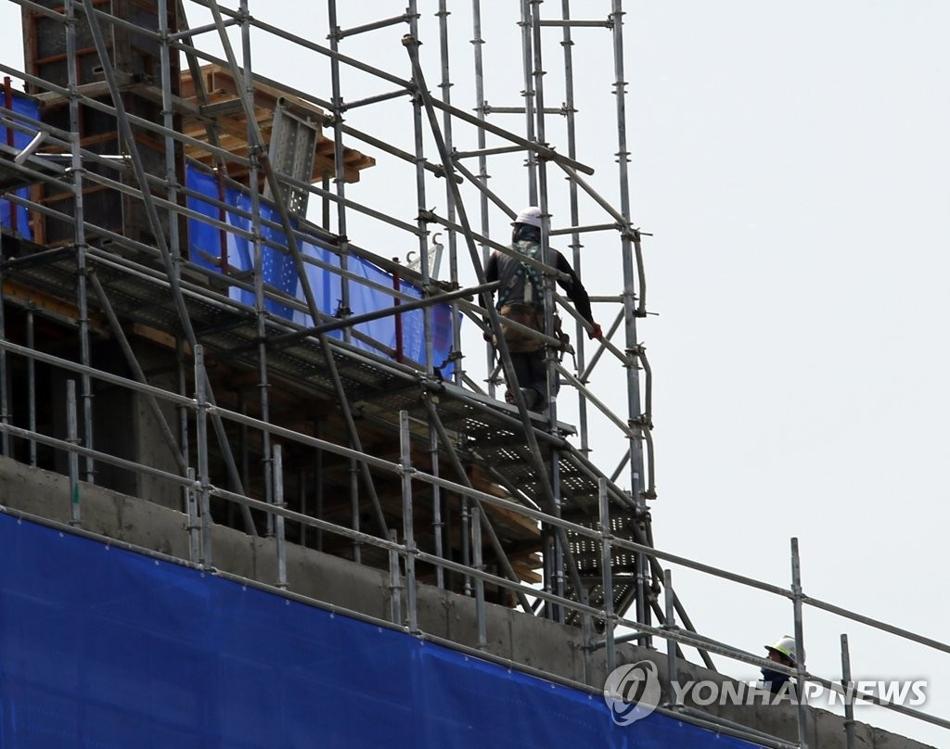 资料图片:4月16日下午,在世宗市某商住两用楼施工现场,建筑工人正在作业。建筑业萧条成为就业情况恶化的原因之一。(韩联社)