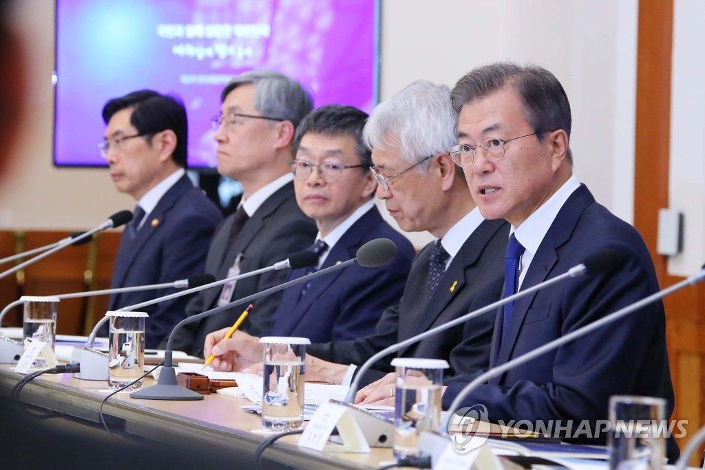 4月18日下午,在青瓦台,韩国总统文在寅(右一)主持召开第二次反腐倡廉政策协议会会议。(韩联社)