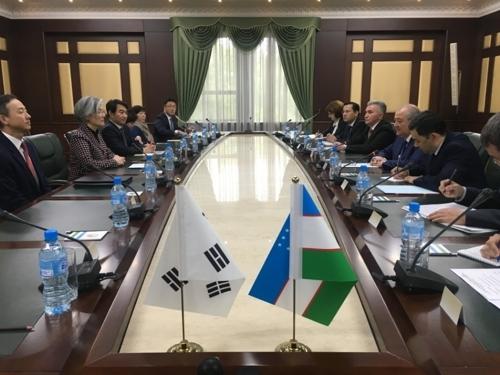 当地时间4月18日,在乌兹别克斯坦塔什干,韩国外长康京和(左二)拜会乌兹别克斯坦共和国总统沙夫卡特·米尔济约耶夫。(韩联社/外交部提供)