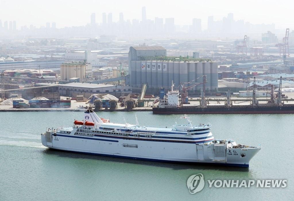 韩中航线渡轮从仁川港启航。(韩联社)