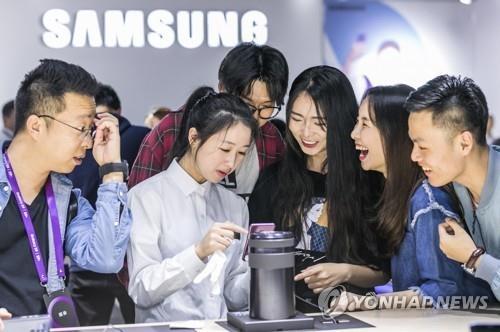 资料图片:三星电子在华推Galaxy S9。(韩联社)
