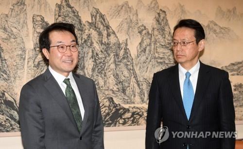 4月23日,在首尔,李度勋(左)与金杉宪治准备就朝核问题进行磋商。(韩联社)