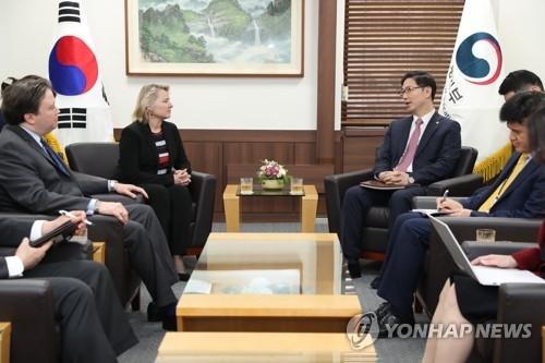 4月23日,在首尔,文金会筹委会议题小组长千海成接见桑顿。(韩联社)