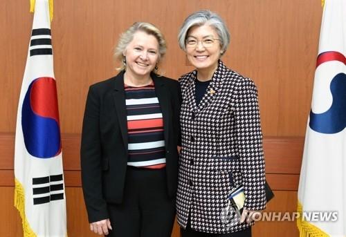 4月23日,在首尔,康京和(右)接见桑顿。(韩联社/韩外交部提供)