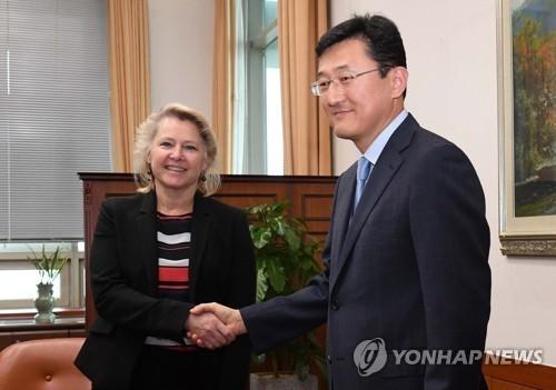 4月23日,在韩国外交部,尹淳九(右)与桑顿在会谈上握手。(韩联社)