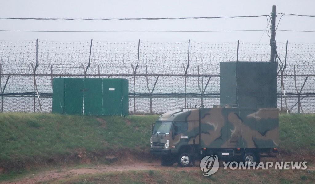 4月23日下午,在京畿道坡州市前线铁栏附近有一辆载有扩音器的车辆。(韩联社)