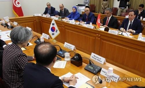 4月23日,在首尔外交部大楼,韩国外长康京和(左)在韩国-突尼斯联委会第十次会议上发言。(韩联社)
