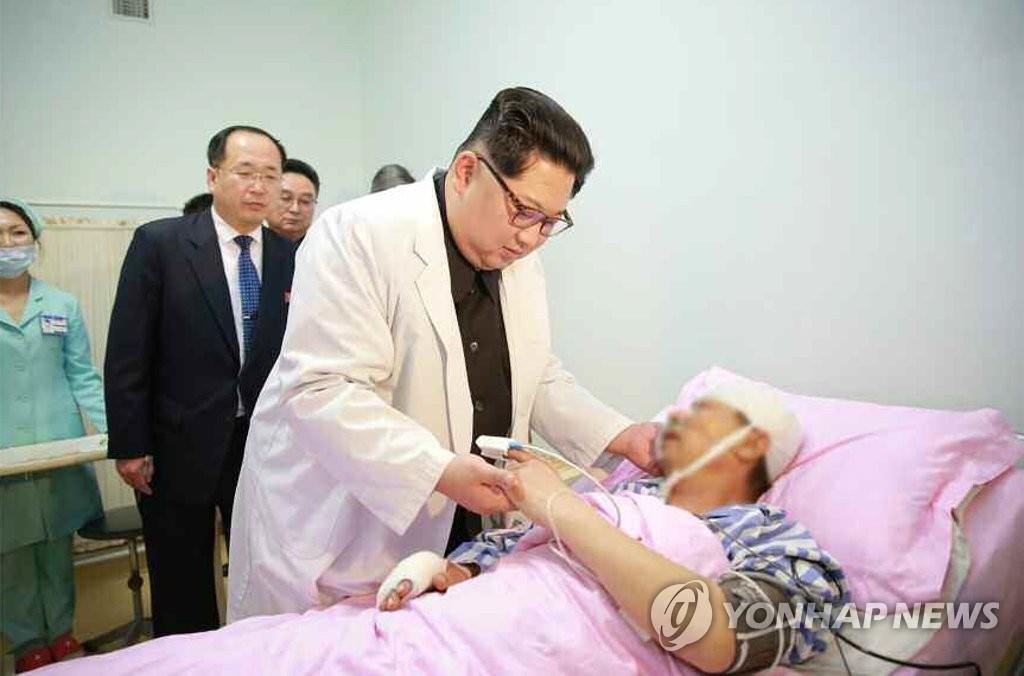 《劳动新闻》4月24日报道称,金正恩23日专程前往医院了解访朝中国游客交通事故中的伤员治疗情况。图片仅限韩国国内使用,严禁转载复制。(韩联社/《劳动新闻》)