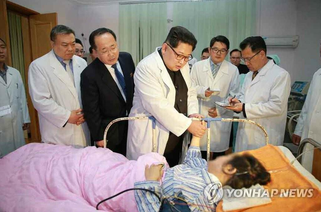 朝鲜《劳动新闻》4月24日报道称,金正恩23日专程前往医院了解访朝中国游客交通事故中的伤员治疗情况。图片仅限韩国国内使用,严禁转载复制。(韩联社/《劳动新闻》)