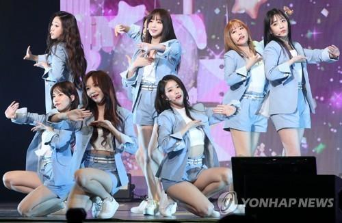 4月23日,Lovelyz在龙山BLUE SQUARE举办新歌抢听会。(韩联社)