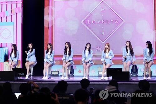 Lovelyz在新歌抢听会上介绍新辑。(韩联社)
