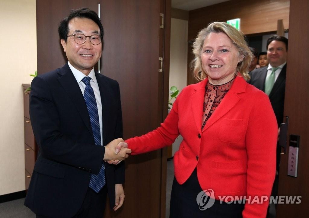4月24日,在首尔,韩国外交部主管朝核事务的韩半岛和平交涉本部长李度勋(左)与到访的美国国务院负责亚太区域事务的代理助理国务卿苏珊·桑顿握手合影。(韩联社)