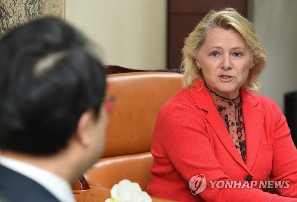 4月24日,在首尔,韩国外交部主管朝核事务的韩半岛和平交涉本部长李度勋(左)与到访的美国国务院负责亚太区域事务的代理助理国务卿苏珊·桑顿举行会晤。(韩联社)