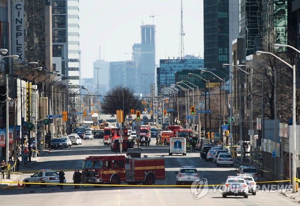 当地时间4月23日加拿大多伦多发生汽车撞人事故,搜救队在事发现场附近封锁公路。(韩联社/美联社)