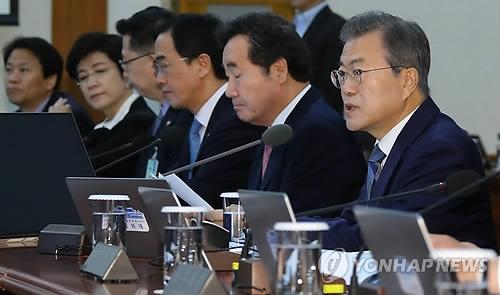 4月24日上午,在青瓦台,文在寅(右一)在国务会议上发言。(韩联社)