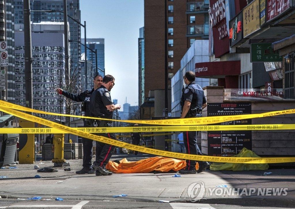 当地时间4月23日加拿大多伦多发生汽车撞人事故,警方在事发现场展开调查。(韩联社/美联社)