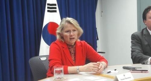 4月24日,在美驻韩大使馆,桑顿召开记者座谈会。(韩联社)