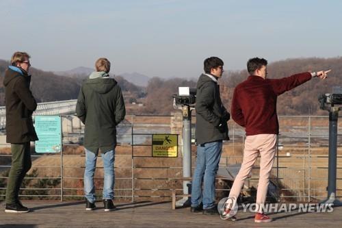 资料图片:在京畿道坡州临津阁,外国游客们隔江远眺朝鲜。(韩联社)
