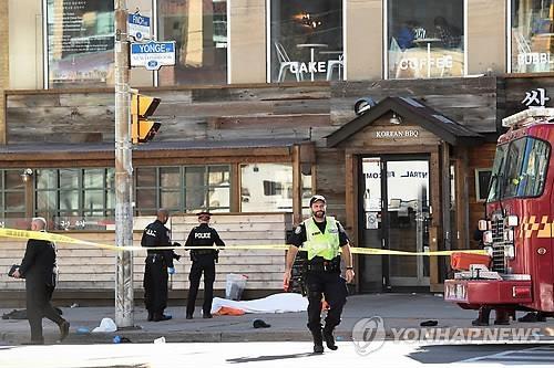 在多伦多汽车撞人事件现场,警员正在现场调查。(韩联社/美联社)
