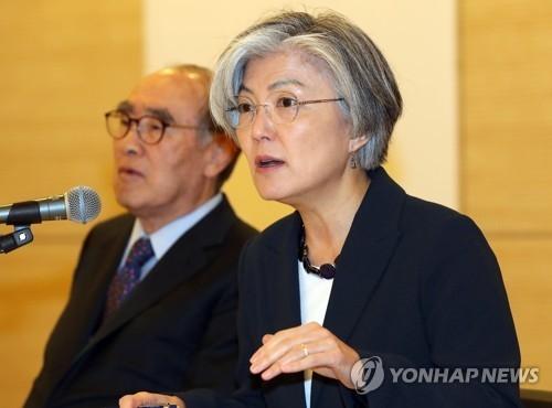 """4月25日,在首尔,康京和以""""对两大首脑会谈的期待和展望""""为题发表演讲。(韩联社)"""
