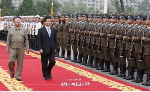 资料图片:2007年韩朝首脑会谈举行,时任韩国总统卢武铉(右)与朝鲜国防委员长金正日检阅朝军仪仗队。(韩联社/国防部提供)