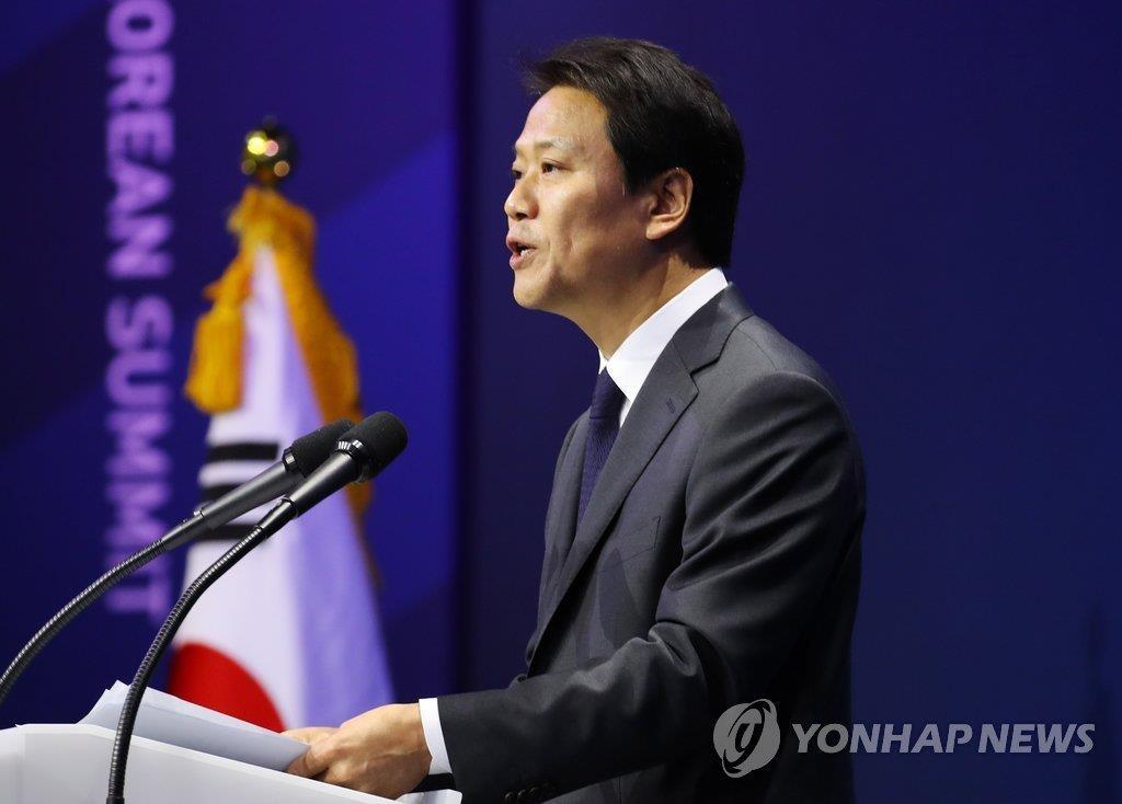 4月26日,在设于京畿道韩国国际展览中心(KINTEX)的韩朝首脑会谈主新闻中心,青瓦台秘书室长任钟晳召开记者会,介绍会谈的具体日程。(韩联社)