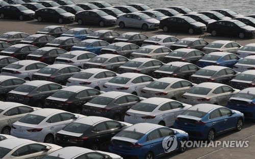 资料图片:等待装船出口的韩国汽车(韩联社)