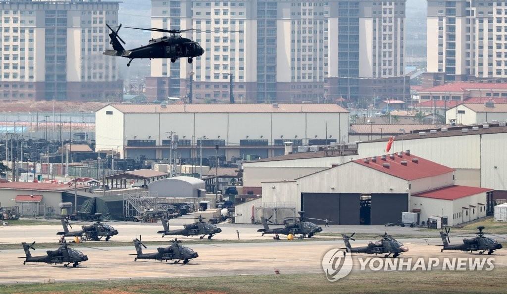 """4月26日,在京畿道平泽市汉弗莱营,UH-60""""黑鹰""""直升机返回基地。(韩联社)"""