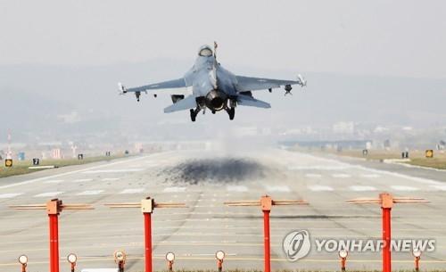 资料图片:4月2日,美国空军F-16战斗机在乌山基地降落。(韩联社)