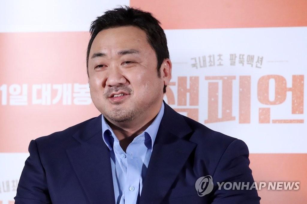 4月26日,在首尔乐天影城建大入口店,演员马东锡出席韩片《冠军》媒体试映会,并摆姿势供媒体拍照。韩联社