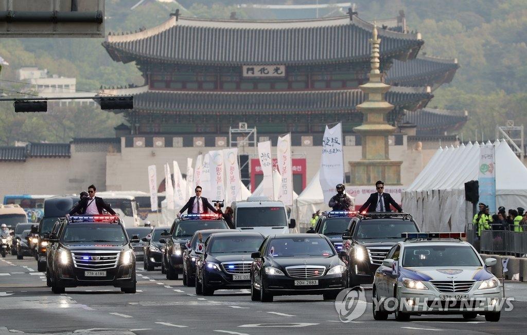 4月27日上午,在首尔市光化门世宗大路,总统文在寅乘车前往板门店出席韩朝首脑会谈。图为总统随行车队。(韩联社)