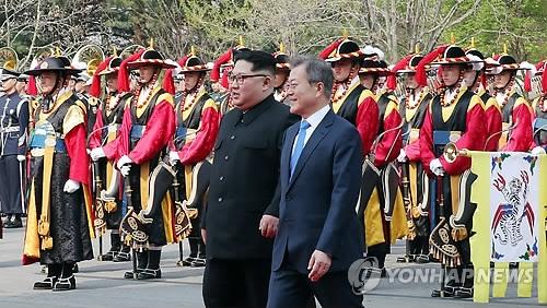 4月27日,在韩朝边境板门店,文在寅和金正恩共同检阅韩军仪仗队。(韩联社)