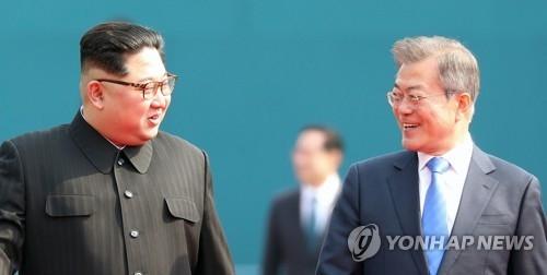 4月27日,在韩朝边境板门店,文在寅(右)和金正恩亲切交谈。(韩联社)