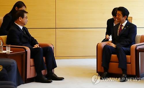 4月29日,在日本东京,韩国国家情报院院长徐薰(左)拜会日本首相安倍晋三。(韩联社)