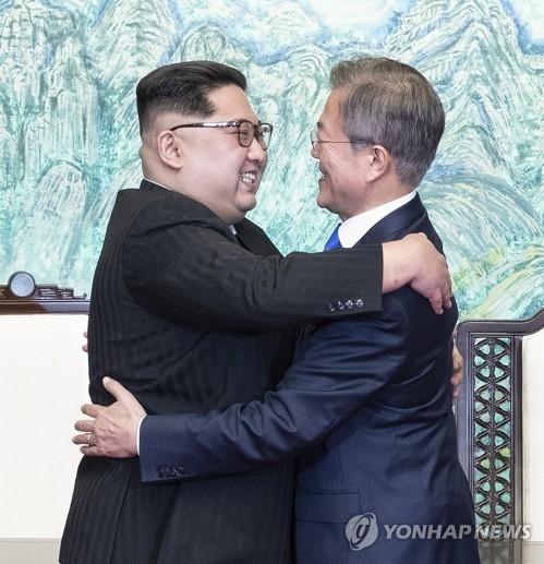 资料图片:韩国总统文在寅(右)与朝鲜国务委员会委员长金正恩(韩联社)