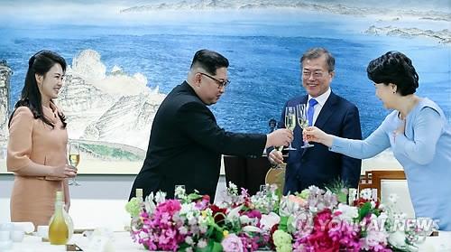 """4月27日,在板门店韩方一侧""""和平之家""""举行的欢迎晚宴上,朝鲜国务委员会委员长金正恩(左二)携夫人李雪主女士(左一)向韩国总统文在寅(右二)和夫人金正淑女士敬酒。(韩联社)"""