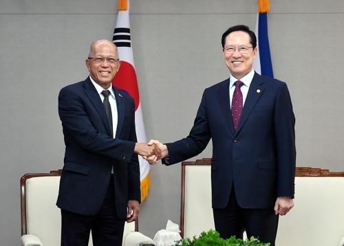 4月30日上午,在首尔韩国国防部大楼,国防部长官宋永武(右)同菲律宾国防部长德尔芬·洛伦扎纳在举行会谈前握手合影。(韩联社/国防部提供)