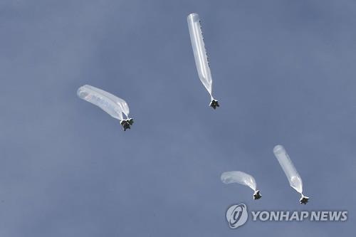 资料图片:脱北者团体向朝鲜发送载有对朝传单的气球。(韩联社)