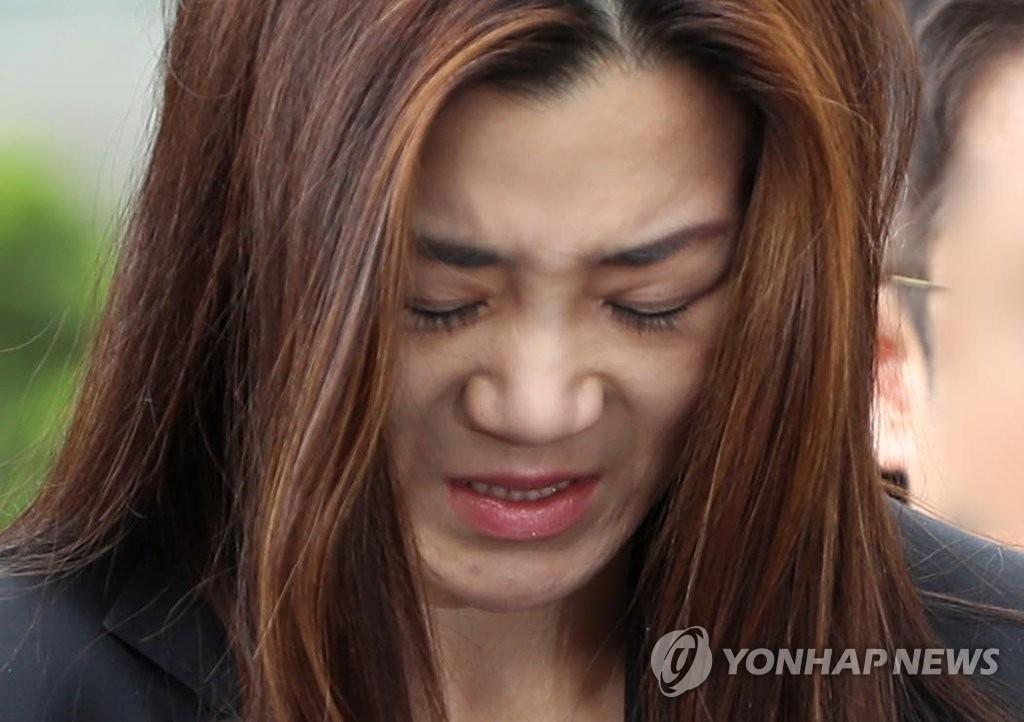"""大韩航空""""泼水门""""高管接受警方调查向国民致歉"""