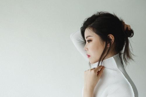 LYn为新曲《母亲的梦想》自拍的宣传照。(韩联社/COMPANY 919提供)