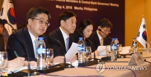 5月4日,第18次韩中日财长和央行行长会议在菲律宾马尼拉香格里拉酒店举行。图为韩国经济副总理兼企划财政部长官金东兖(左一)在会上发言。(韩联社/企划财政部提供)