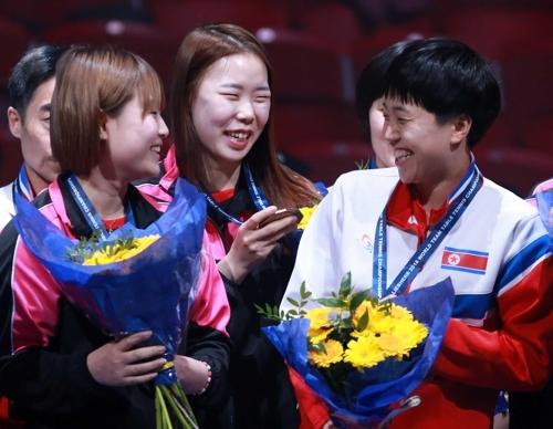 5月6日,在瑞典哈尔姆斯塔德,韩朝女乒联队队员在2018年世界乒乓球团体锦标赛特别颁奖仪式上合影留念。(韩联社/大韩乒乓球协会提供)