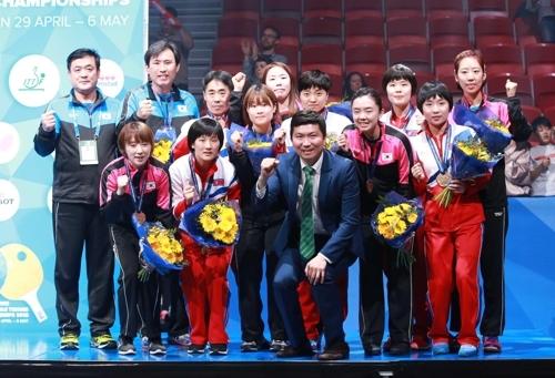 5月6日,在瑞典哈尔姆斯塔德,国际奥委会韩籍运动员委员柳承敏(中)同在2018年世界乒乓球团体锦标赛上获得铜牌的韩朝女乒联队队员合影留念。(韩联社/大韩乒乓球协会提供)