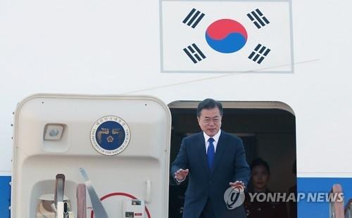 5月9日上午,文在寅从首尔机场启程出国前,向前来送行的人群挥手致意。(韩联社)