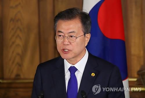 5月9日,在日本东京,出席第七次韩中日领导人会议的韩国总统文在寅发表联合新闻稿。(韩联社)