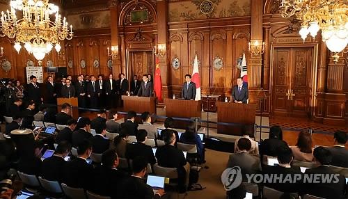 文在寅出席韩中日领导人会议后启程回国
