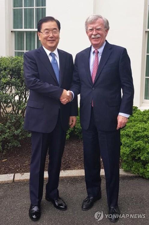 资料图片:当地时间5月4日,在华盛顿,郑义溶(左)与博尔顿握手合影。(韩联社/青瓦台提供)