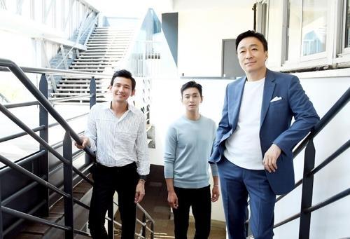 演员黄政民(左起)、朱智勋、李圣旻(韩联社/CJ娱乐提供)
